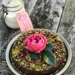 Torta od griza sa pistaćima i ružinom vodicom