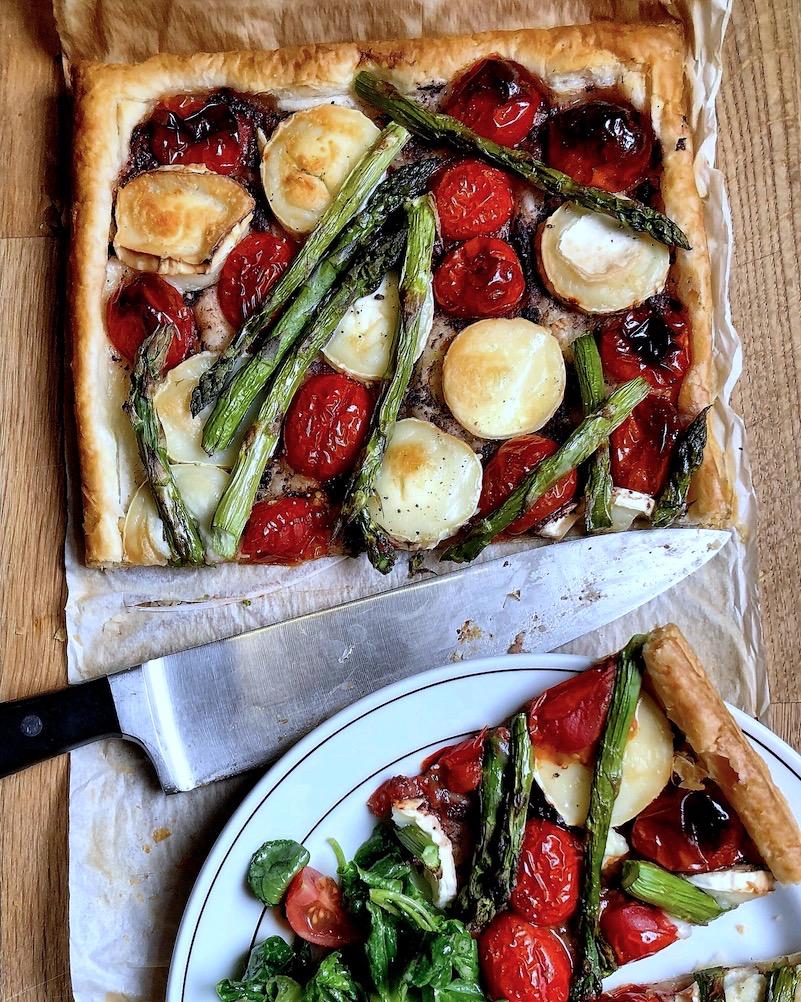 Pizza od lisnatog testa sa čeri paradajzom i kozijim sirom