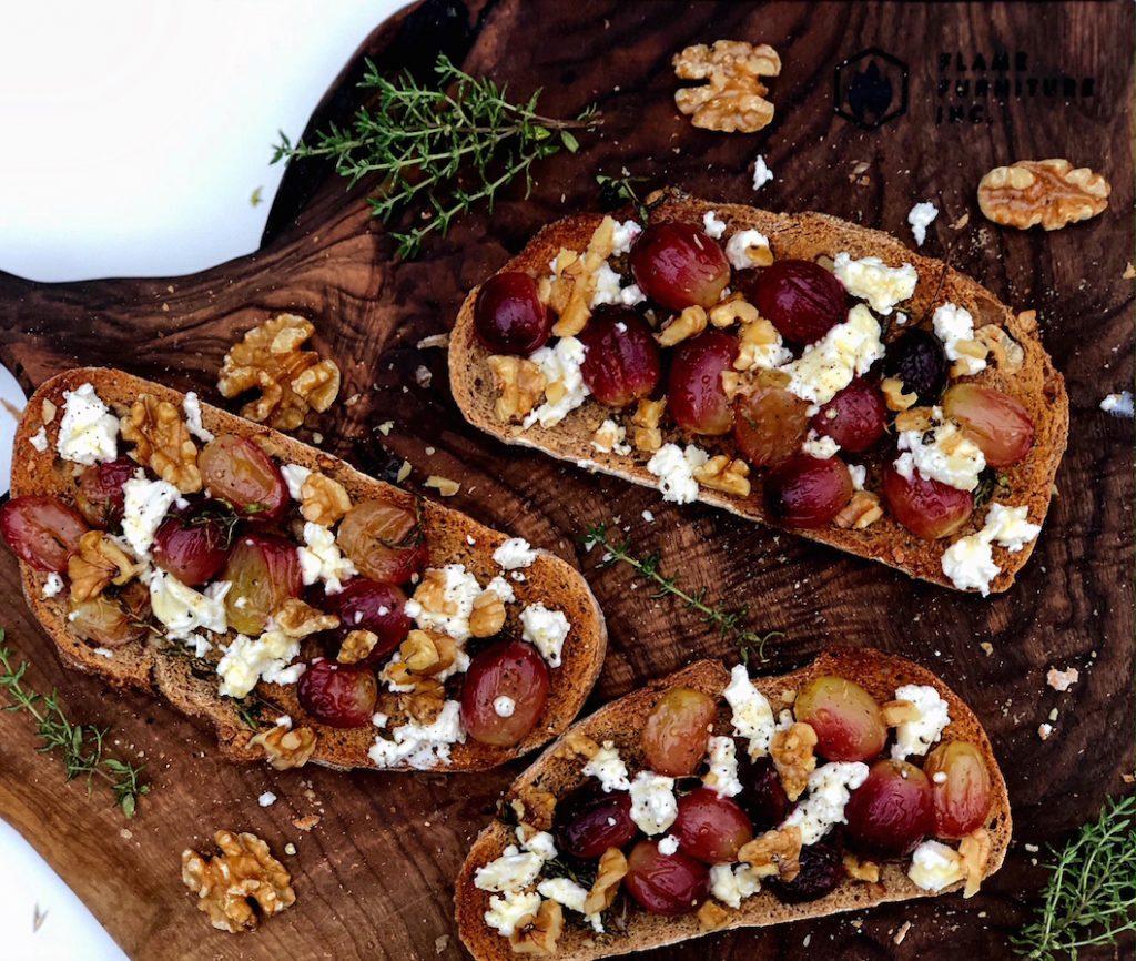 Brusketi sa grožđem i kozijim sirom