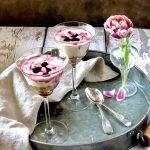 Čizkejk u čašama sa trešnjama.