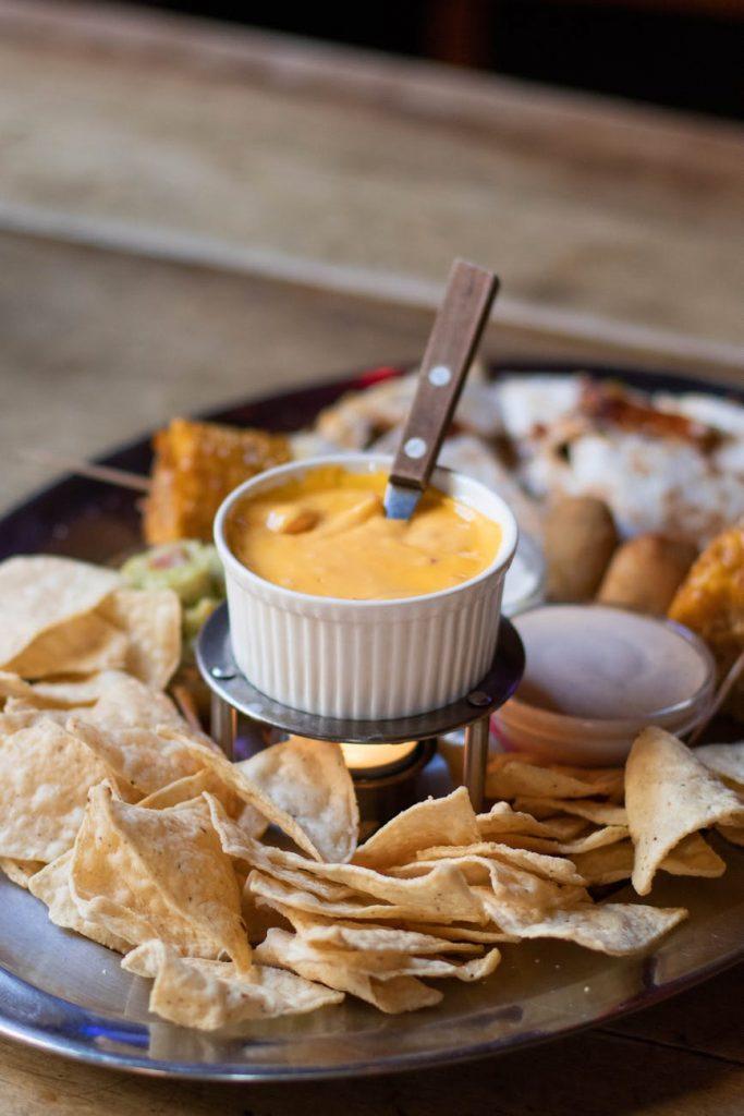 Popularni naćosi koji se služe sa salsom ili topljenim sirom najčešće se prave od kukurzne vrste brašna
