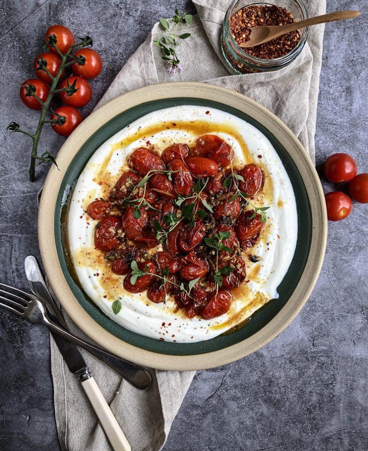 Pečeni čeri paradajz sa hladnim jogurtom