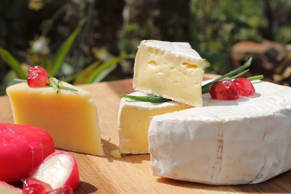 Topljeni francuski sirevi rème de Brie, Camembert, President briei
