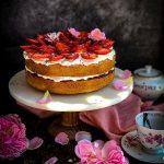 Victoria Sponge torta poslužena sa svežim jagodama i laticama ruže
