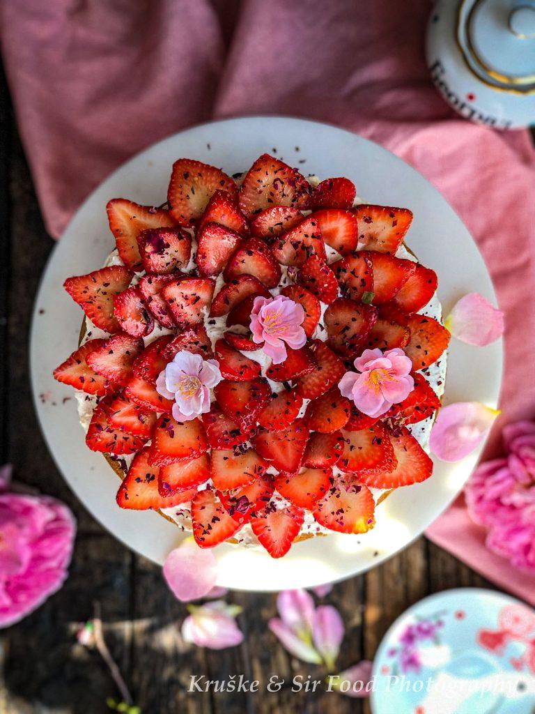 Victoria Sponge torta slikana odozgo - ukrašena svežim i ukusnim jagodama