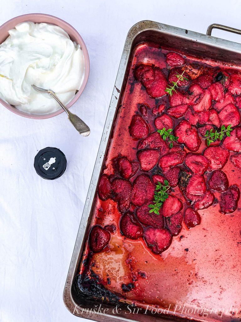 Pečene jagode sa kremom od grčkog jogurta u toku pripreme - preostalo je samo kombinovati ih