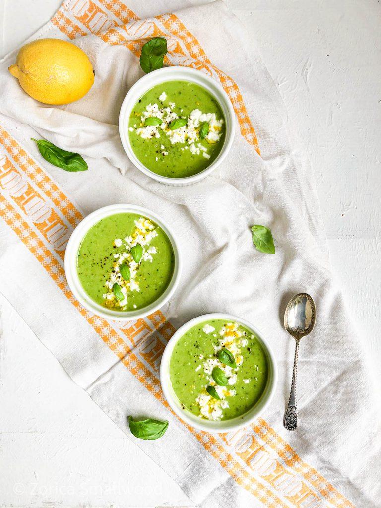 Servirajte ovaj veseli zeleni potaž od tikvica sa fetom i limunovom korom, ili ako Vam se jede nešto jače, sa sitno iseckanom pančetom