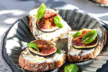 Ove letnje bruskete sa voćem imaju osvežavajuće smokve koje im daju taj mediteranski šmek