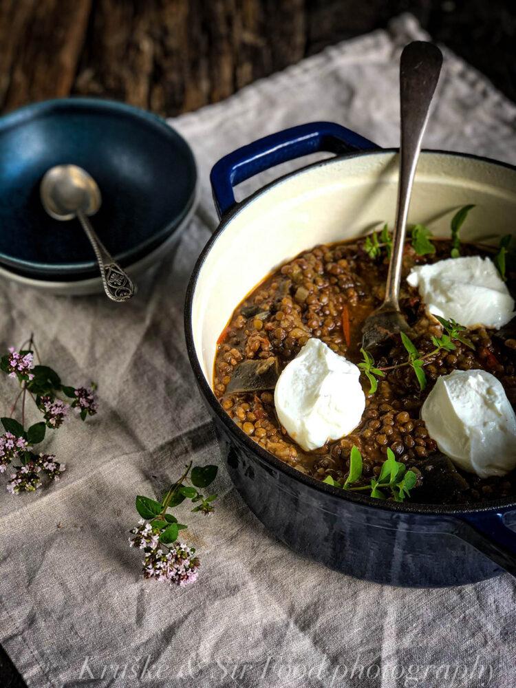 Varivo od sočiva i patlidžana je fantastično kuvano jelo koje će Vam možda promeniti mišljenje o vegetarijanskim receptima!