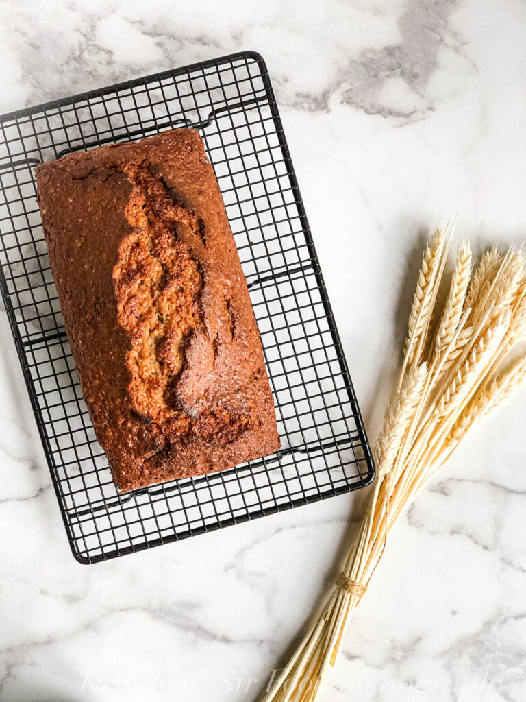 Iako je ovom desertu ime banana hleb, u njega idu i žitarice, tako da pazite ako ste osetljivi na gluten!