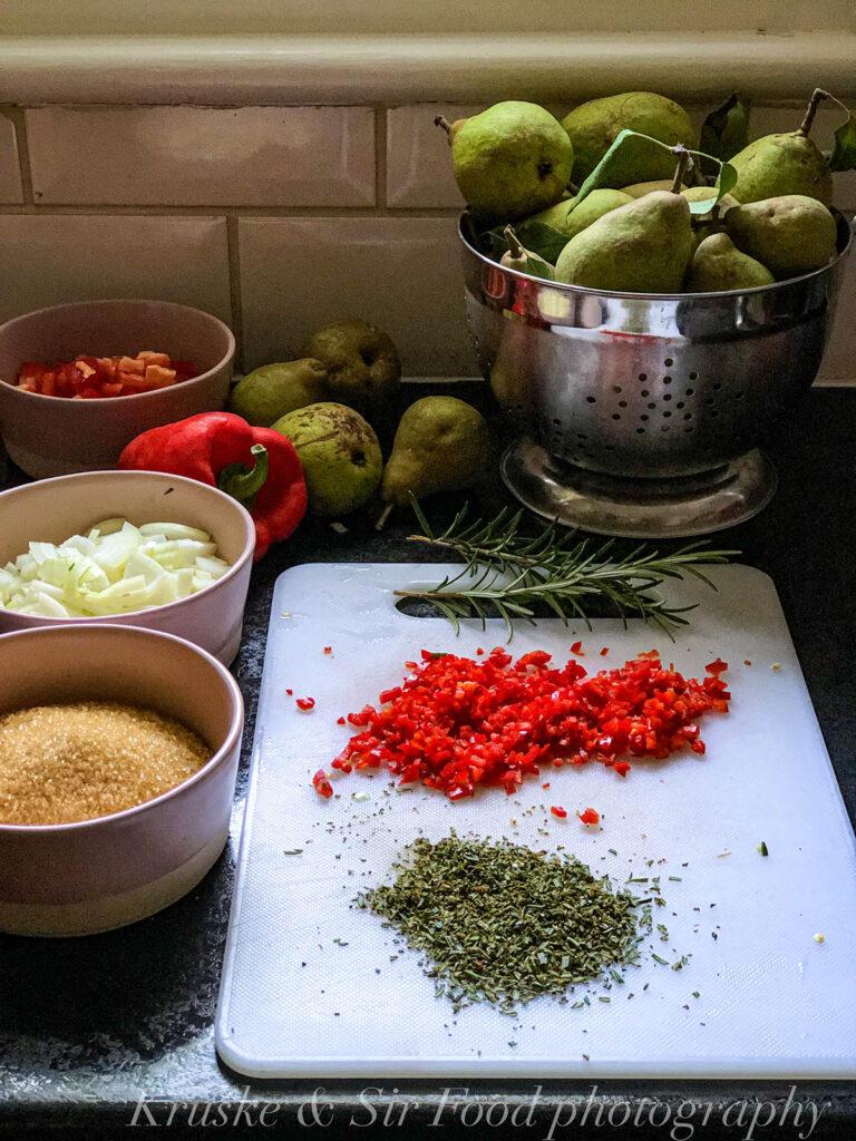 Sitno iseckajte sve sastojke za čatni od krušaka da bude gladak i homogen kad se skuva