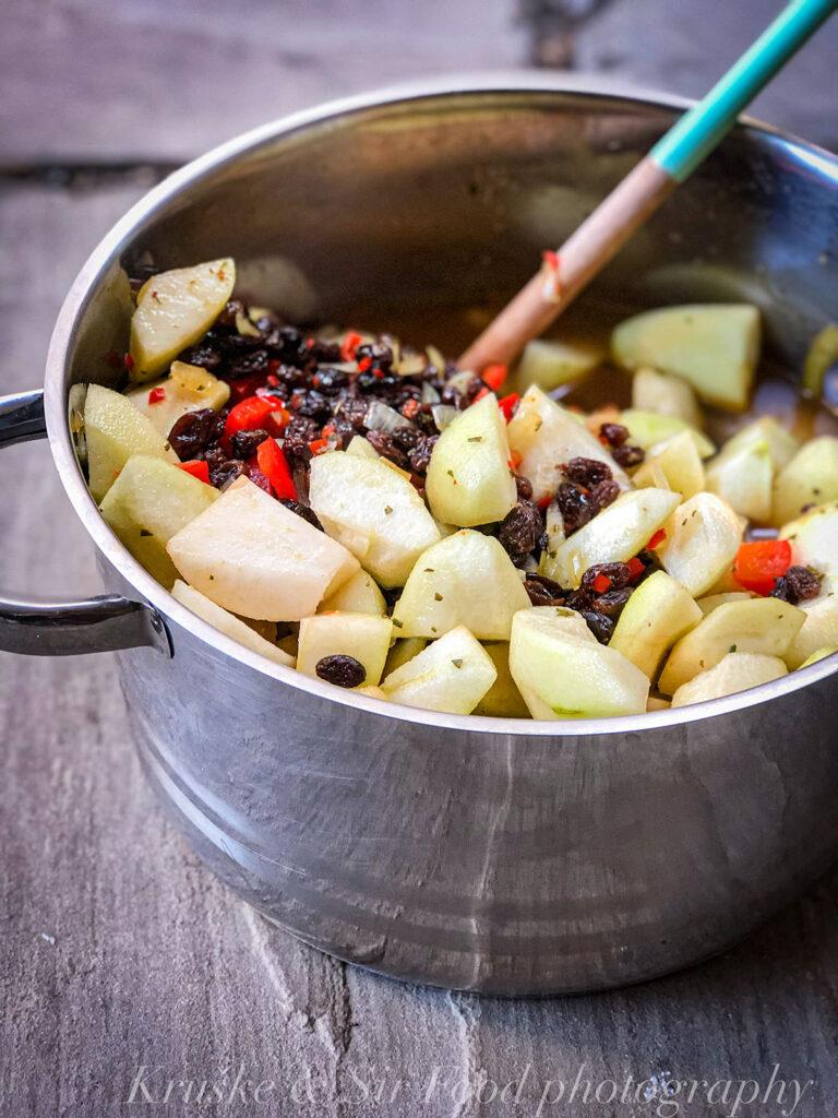 Čatni od krušaka sa suvim grožđem i ruzmarinom u procesu kuvanja