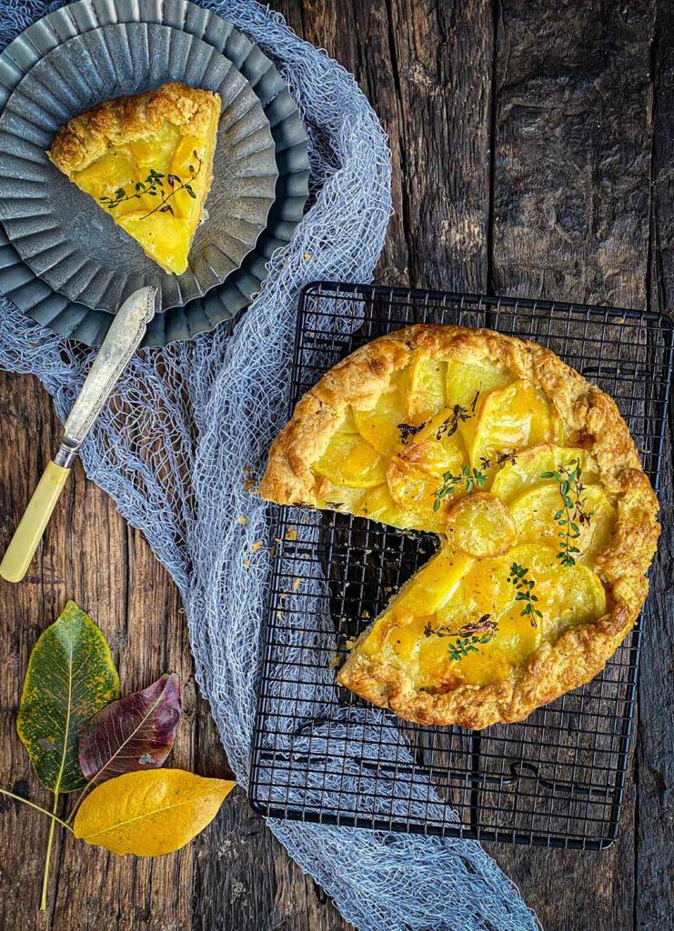 Slani tart sa krompirom, sirom i prazilukom biće prijatno iznenađenje za Vas — lako ga je napraviti a rezultat je fantastičan!