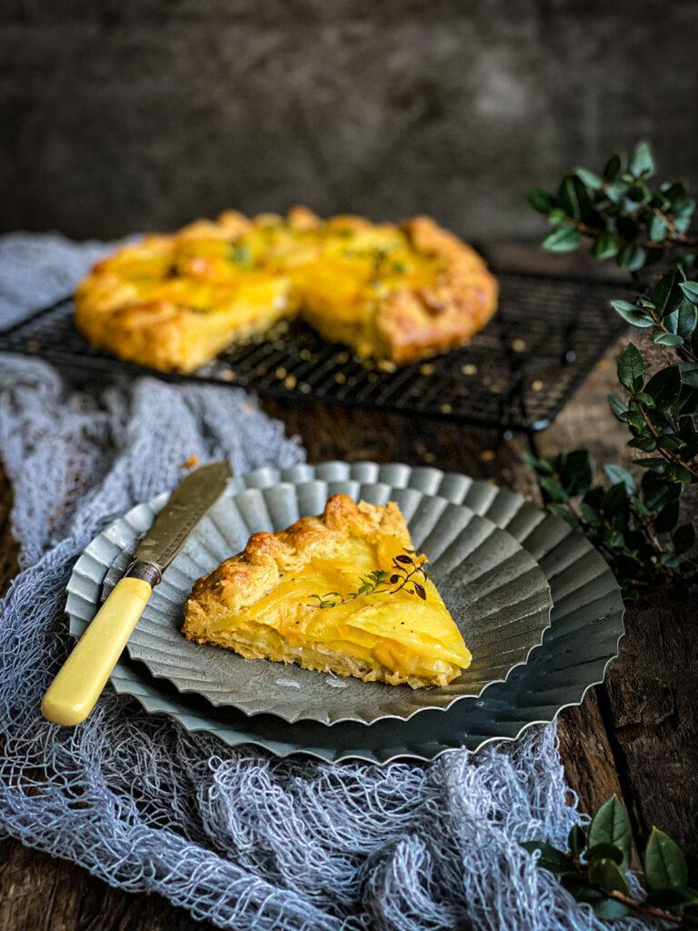 Slani tart sa krompirom, sirom i prazilukom, isečen na kriške i spreman da se smaže!
