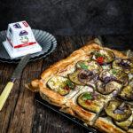 Tart od lisnatog testa sa kozjim sirom i patlidžanom će Vam zamirisati kuću kad se ispeče i pozvati sve ukućane za sto bez reči!