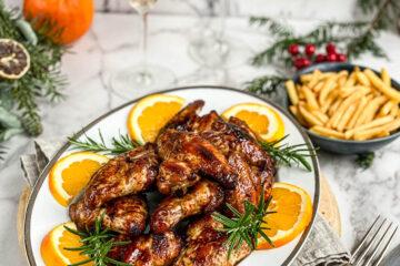 """Pileća krilca glazirana u soja sosu mogu da se serviraju i kao deo svečane večere i kao užina za """"game night"""" — tako su versatilna!"""