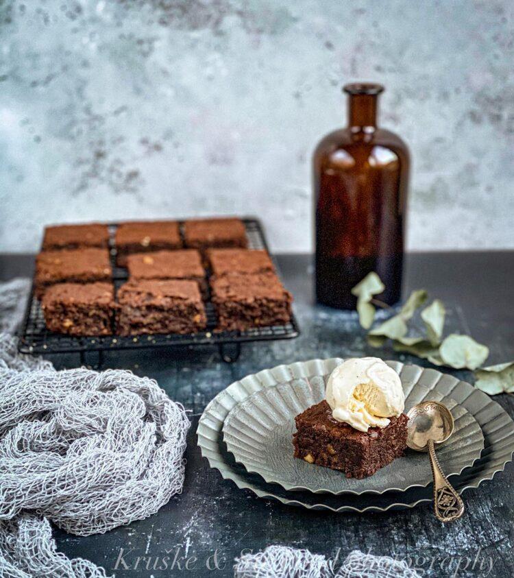 Čokoladni brauni bez brašna će sigurno i u Vašoj kući postati tražen — otkako sam zamenila brašno mlevenim bademima, ko god ih proba traži recept!