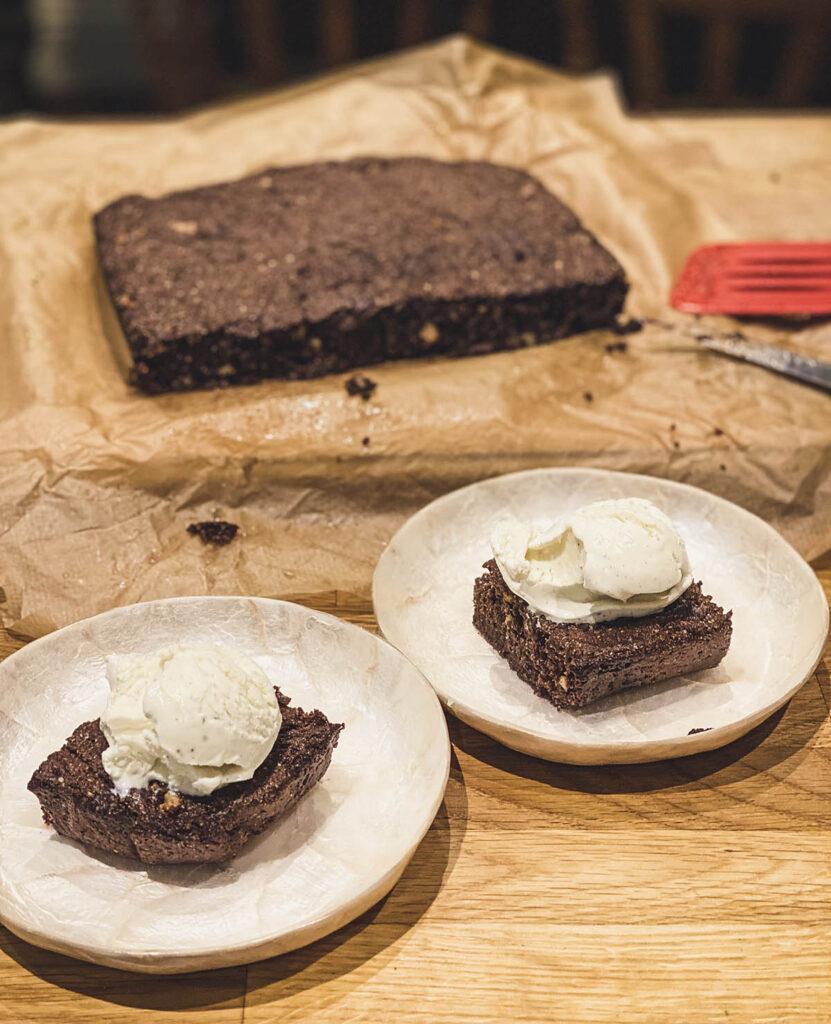 Čokoladni brauni bez brašna serviran sa kašikom sladoleda od vanile odozgo je jedna od najlepših poslastica koje ćete probati ove godine!