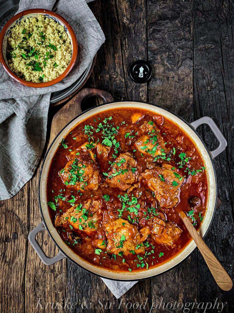 Ova divna marokanska piletina lako se sprema i obogaćena je začinima i slatkastim ukusima suvih kajsija i šljiva. Probajte je danas!