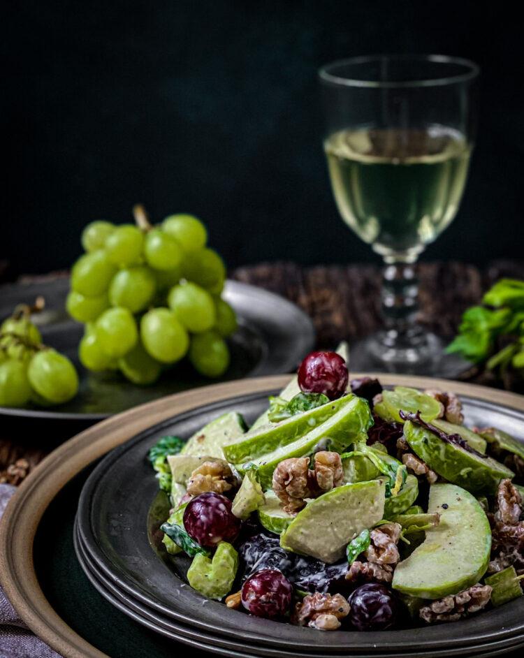 Klasična verzija Waldorf salate sa kiselim jabukama, hrskavim orasima i slatkim grozdjem.