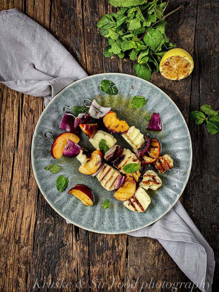 Grilovani sir sa nektarinama se sprema toliko brzo i lako da će zameniti većinu drugih obrok-salata koje pravite inače!