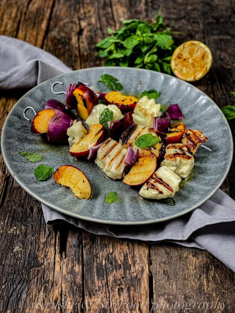 Grilovani sir sa nektarinama na ražnjiću je zdrav, ne goji, a u slast ćete ga pojesti!